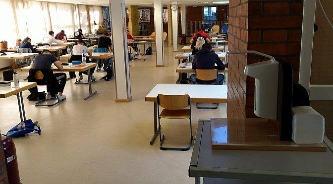 Abitur 2020: Schriftliche Abiturprüfungen in der Pausenhalle